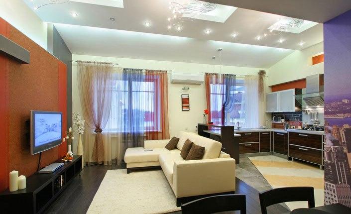дизайн гостиной с двумя окнами интерьер фото шторы